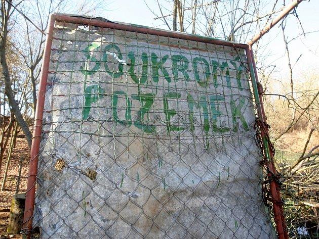 Šestiletý spor o pěšinu na soukromém pozemku k potoku Vrbovec je u soudu. Bystrcká radnice nyní čeká na výsledek.