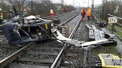 Osobní vlak jedoucí ze Šakvic čekala vúterý kolem čtyř hodin odpoledne na trati nezvyklá překážka. VTišnově na Brněnsku se srazil sbagrem.
