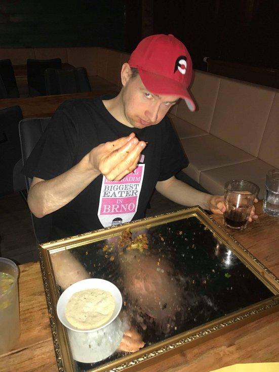 Profesionální jedlík Radim Dvořáček stanovil nový brněnský rekord. Dvacet hamburgerů spořádal za 17 minut.
