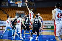 Brněnští basketbalisté (v bílém) si před zápasy proti Nymburku poradili s Hradcem Králové.