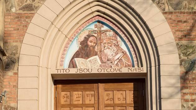 Dveře popsané hlaholicí kostela svatého Cyrila a Metoděje v Bílovicích nad Svitavou.