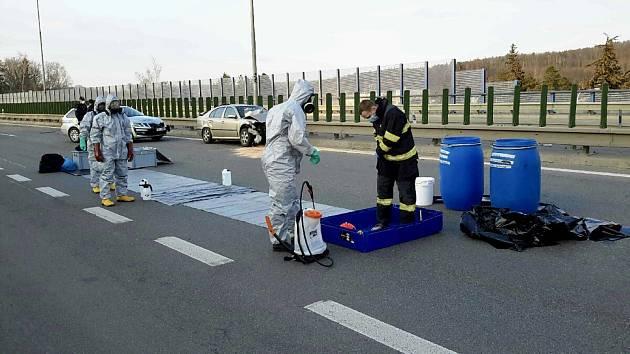 V sobotu v podvečer záchranné složky zasahovaly u nehody dvou aut. Jelikož měl jeden z účastníků cestovatelskou anamnézu, hasiči místo nehody dekontaminovali.
