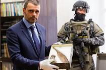 Za dohledu ozbrojené eskorty převezli vzácné exponáty z brněnského Moravského zemského muzea do Uherského Hradiště.