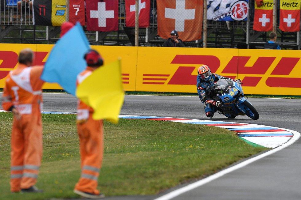 Monster Energy Grand Prix České republiky 2017, Moto 3 - traťoví komisaři zdraví třetího Arona Caneta.