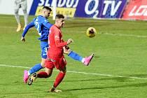 Daniel Fila (v červeném) v prvoligovém utkání v dresu Zbrojovky Brno