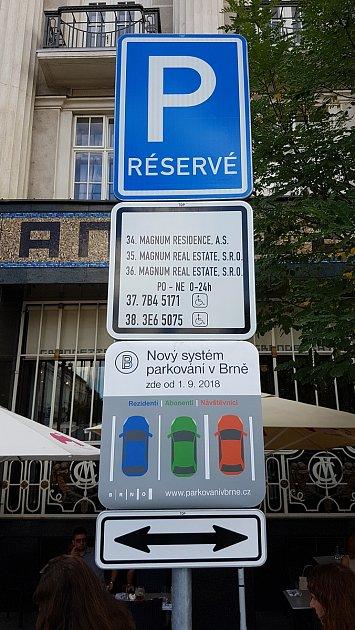 Chystané dopravní značky vnových parkovacích zónách vBrně - Zelný trh.
