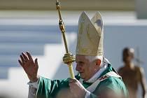 Papež Benedikt XVI. přichází na mši svatou na tuřanské letiště v Brně 27. září.