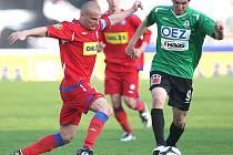 Josef Hamouz ještě v dresu Jablonce (vpravo) v souboji s fotbalisty brněnské Zbrojovky.