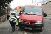 Potlučeným předkem osobního auta, prasklou pneumatikou a promáčklým bokem dodávky skončila v pátek odpoledne nehoda v Bráfově ulici v brněnských Žabovřeskách.