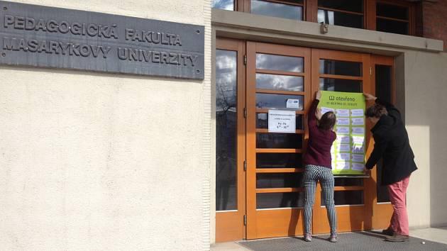 Na dveřích Pedagogické fakulty Masarykovy univerzity v ulici Poříčí od devětadvacátého března visí plakáty s náměty na zlepšení výuky.