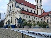 Venkovní kluziště u sochy Jošta v centru Brna.
