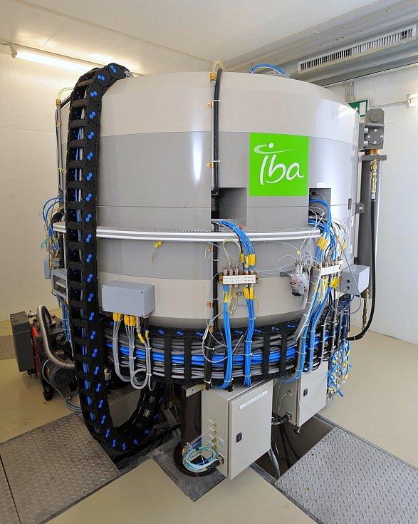 Cyklotron Ústavu jaderného výzkumu v areálu Masarykova onkologického ústavu, který vyrábí radiofarmakum 11C-Methionin.