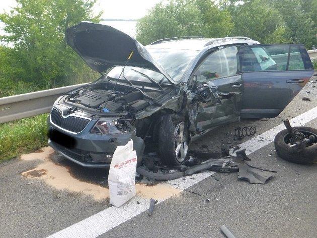 Čelní srážka dvou osobních aut v pondělí ráno blokovala dopravu na silnici číslo 52. Nehoda se stala u Pasohlávek na Brněnsku, po dobu zásahu záchranářů byla silnice uzavřená.