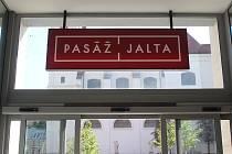 Pasáž v paláci Jalta, kterou její majitel slavnostně otevřel letos v červnu, se zaplnila obchody. V pátek se otevře také kinokabaret, který nabídne promítání filmů i kulturní akce.