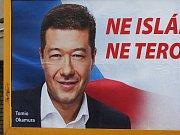 Knír a hákový kříž přimaloval například neznámý pachatel Tomio Okamurovi na billboardu v Jugoslávské ulici v Brně.