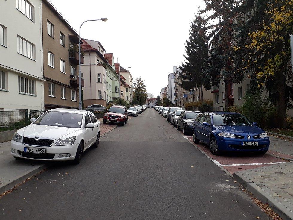 Druhá vlna rezidentního parkování zalila další tři oblasti Brna. Auta zóny vytlačily na jejich hranice, kde ale ucpávají ulice. Na fotografii je Fišova ulice.