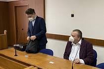 Za hození lahve z jedenáctého patra do hloučku křičících dětí dostal Radim Kaman z Brna pětiletou podmínku.