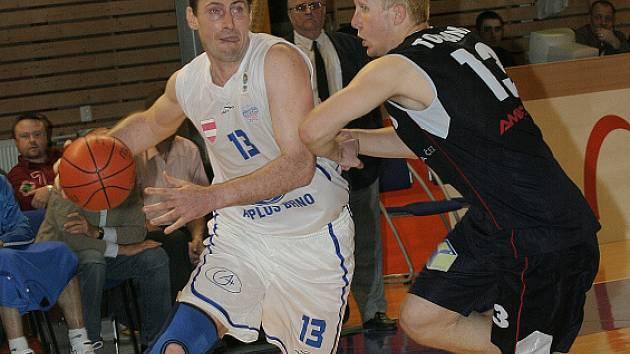 Jan Svoboda ještě jako hráč Brna v souboji s děčínským Tomancem
