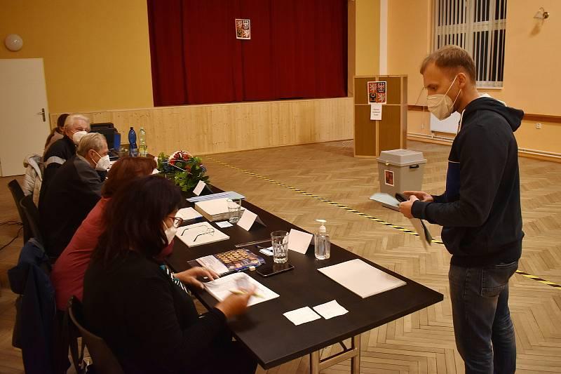 V Kuničkách na Blanensku přišla v pátek do sedmé hodiny večer téměř polovina všech voličů v obci.