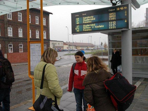 ILUSTRAČNÍ FOTO: Zastávka s informační tabulí.