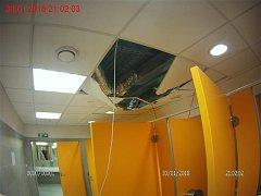 Zdemolované stropní podhledy zůstaly po návštěvě čtyřiatřicetiletého muže na veřejných záchodech v podchodu pod brněnským hlavním nádražím.