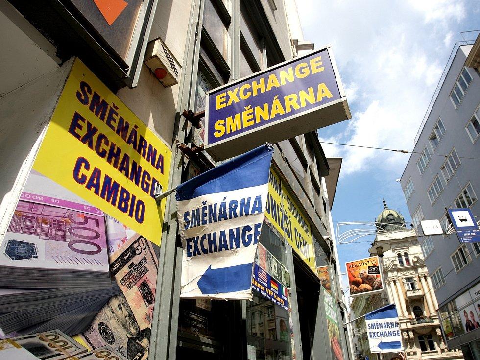 Nevkusné vývěsní štíty a polepené výlohy obchodů v městské památkové rezervaci vadí radním Brna-středu. Zahájili boj proti takzvanému vizuálnímu smogu.
