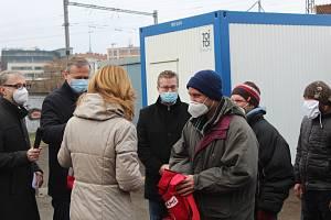 Pracovní vesty šesti novým uklízečům předala primátorka města Brna Markéta Vaňková.