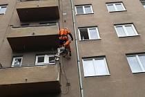 Úterní záchrana výškového pracovníka v brněnských Černých Polích, který zůstal viset mezi patry kvůli vlasům zamotaným do slaňovacího prostředku.