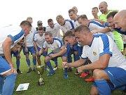 Ve fotbalovém Tišnově (v bílém) si v letošním roce udělali ze sbírání trofejí pěkný zvyk. V neděli získal nováček divize D už třetí prvenství, když ovládl superpohár. 5:1 porazil slovenský celek Rovinka.