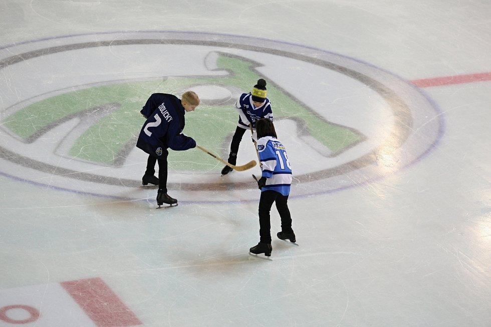 Mladí nadšenci na ledě v Olympijském parku v Brně vypadají jako hemžící se mravenci.