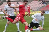 Fotbalisté Zbrojovky Brno (v červeném) uhráli s Karvinou jen bezbrankovou remízu.