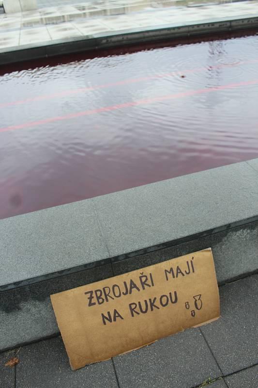 Vodu v kašně před Janáčkovým divadlem v Brně zbarvili odpůrci veletrhu IDET dočervena.