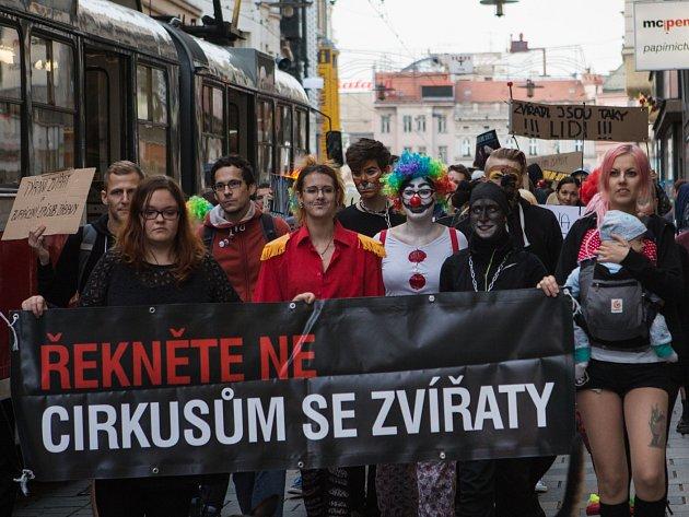 Cirkus je přežitek, neplaťte za ponižování zvířat, vyzývali ve středu na náměstí Svobody ochránci zvířat.