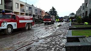Události spustily v pátek přívalové deště. Dvacet rodinných domů vytopila nejen voda, ale i bahno.