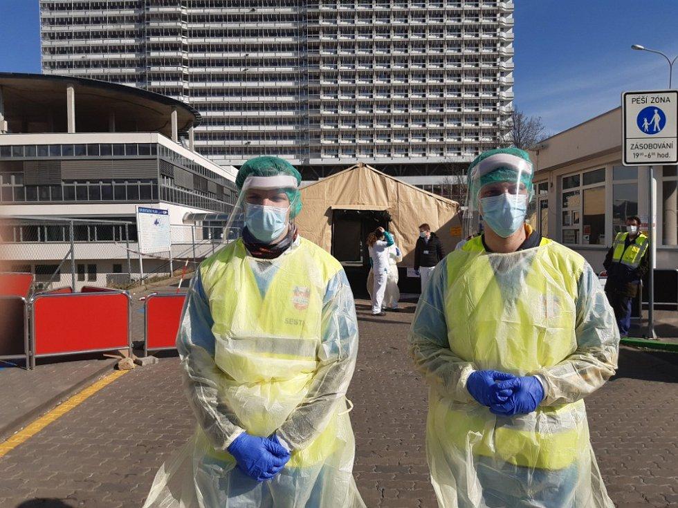 FN Brno nastavuje režim ochrany pacientů a zdravotnického personálu. Při vstupu do nemocnice z kampusu je dělící stan, kde lékaři spolu s mediky LF MU třídí pacienty - měří jim teplotu a doporučují další postup.