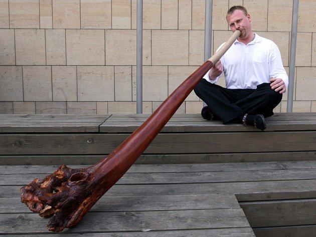 Zdeněk Vilímek hraje na Didgeridoo.