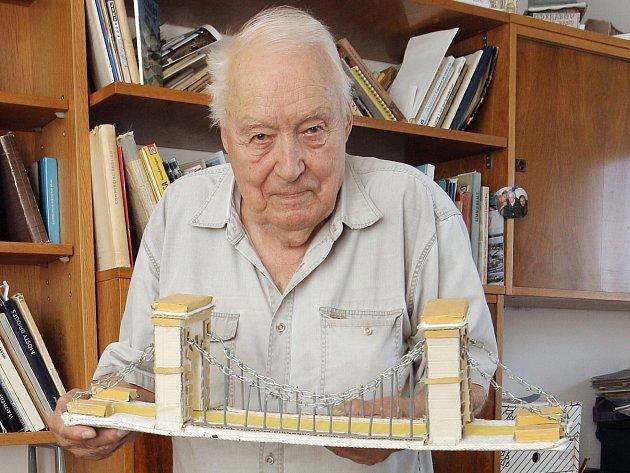 Vysokoškolský učitel angličtiny Dušan Josef vyučuje netradičním způsobem v bazénu, zároveň také propadl vytváření modelů mostů.
