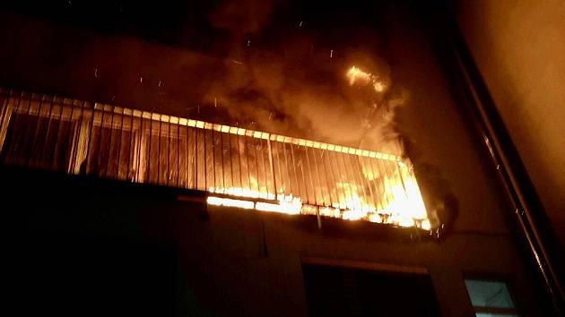 Příliš žhavá noc. Požár na balkoně v Králově Poli vyhnal z bytovky třináct lidí