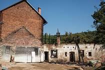 Hasiči bojovali s požárem v areálu Spáleného mlýna čtyři hodiny. Hořela střecha.