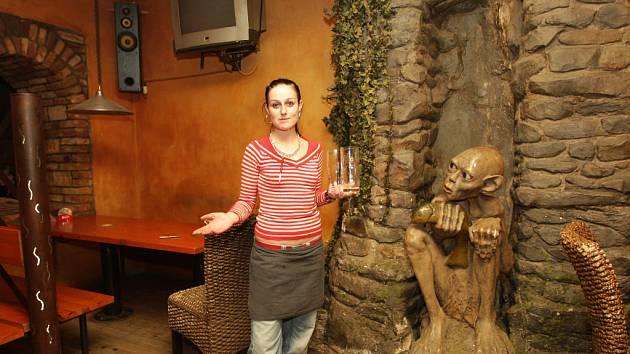 Temná restaurace U Gluma.