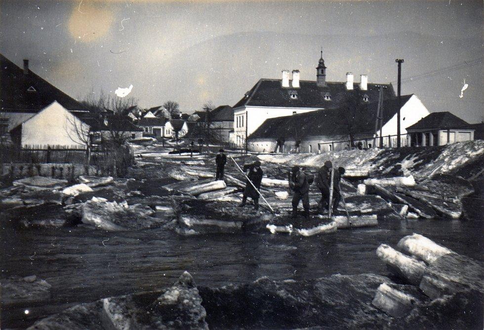 Tvořihráz na Znojemsku; lámání ker na řece Jevišovce; 40. léta 20. století; z fotoarchívu obce.
