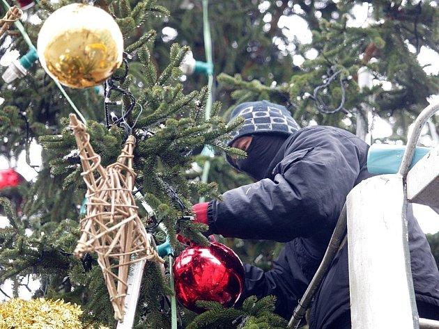 Vánoční strom na náměstí Svobody v Brně přišel  své ozdoby.