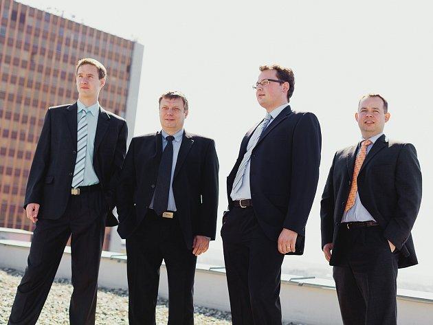 Vedení brněnské společnosti Invea-Tech. Generální ředitel Rostislav Vocilka stojí na snímku druhý zleva.
