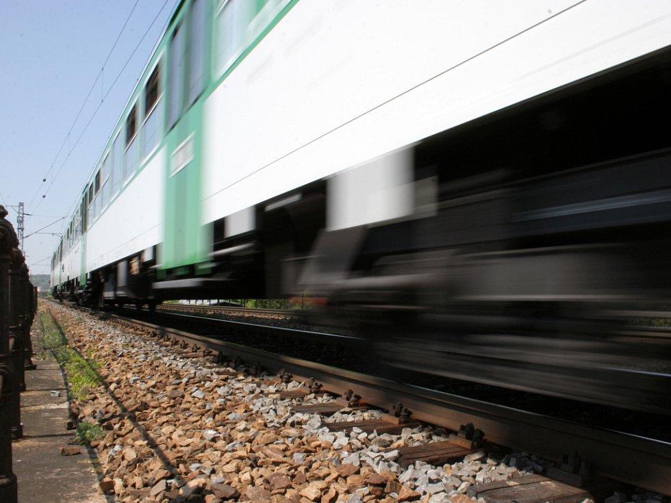 Místo neštěstí, kde chlapci vběhli pod vlak.