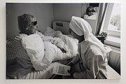 Pětadvacet černobílých snímků přibližuje práci kaplanů s nemocnými, seniory a umírajícími v různých zařízeních i městech.