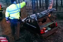 Auto vrazilo u Zakřan do stromu.