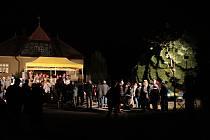Vánočními písněmi a příběhem o zachráněném dítěti v pondělí vyprovodili lidé z Bílovic nad Svitavou na Brněnsku patnáct a půl metrů vysokou jedli. Od konce listopadu strom ozdobí náměstí Svobody v Brně.