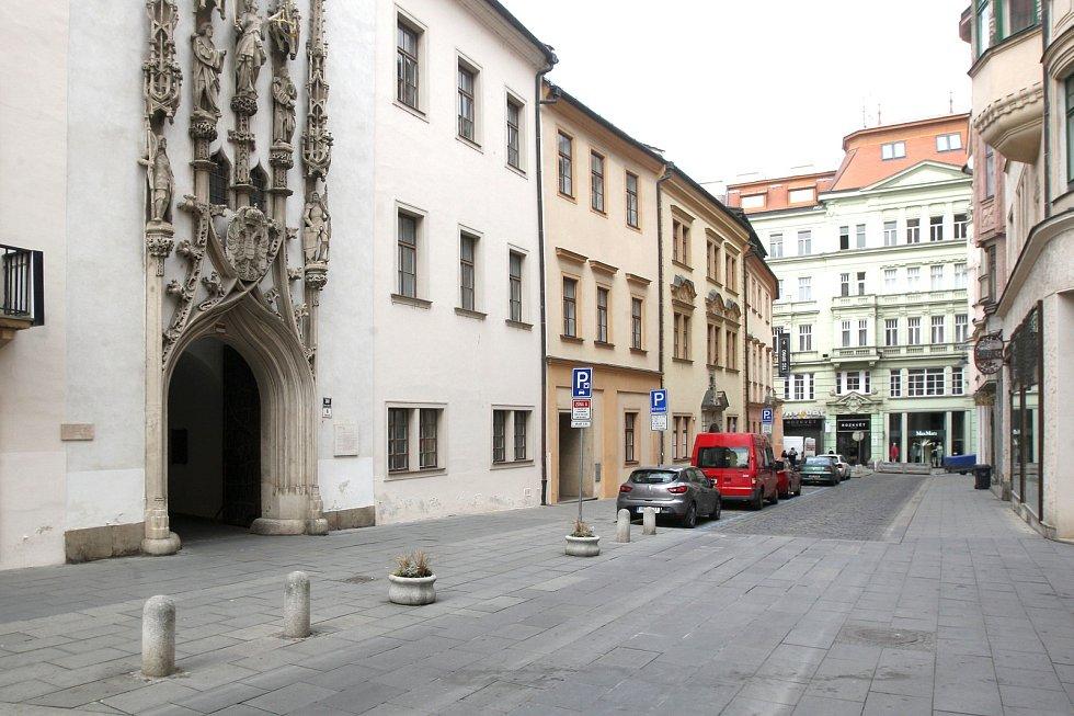 Brno 20.3.2020 - srovnání místa před a po zákazu pohybu bez zakrytých úst a nosu - ulice Radnická