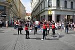 Tisíce studentů se zúčastnily majálesového průvodu z náměstí Svobody na brněnské výstaviště za doprovodu kapel.