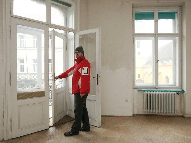 """PŘÍLIŠ VELKÉ. Většina prázdných obecních bytů v Brně-středu má rozměry nad sto metrů čtverečních. """"Několikanásobně přesahují současné potřeby nájemníků. Problém je hlavně vytápění,"""" hodnotí ekonom Michal Kozub."""
